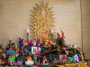 A Día de los muertos altar.(Travis S., Flickr, Creative Commons)